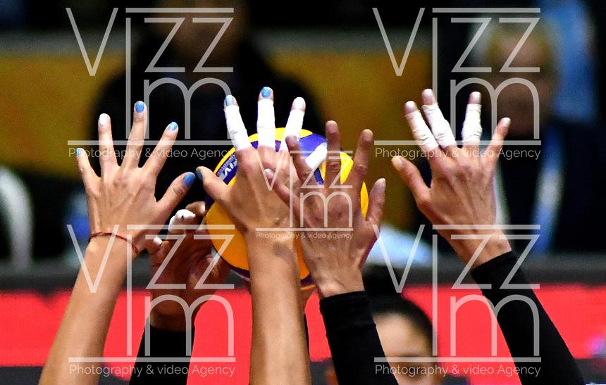 BOGOTÁ-COLOMBIA, 09-01-2020: Paula Nizetich y Julieta Lazcano de Argentina, bloquean el ataque de balón a Valerín Carabalí de Colombia, durante partido entre Argentina y Colombia en el Preolímpico Suramericano de Voleibol, clasificatorio a los Juegos Olímpicos Tokio 2020, jugado en el Coliseo del Salitre en la ciudad de Bogotá del 7 al 9 de enero de 2020. / Paula Nizetich and Julieta Lazcano of Argentina, block the ball attack on Valerín Carabalí of Colombia, during a match between Argentina and Colombia, in the South American Volleyball Pre-Olympic Championship, qualifier for the Tokyo 2020 Olympic Games, played in the Colosseum El Salitre in Bogota city, from January 7 to 9, 2020. Photo: VizzorImage / Luis Ramírez / Staff.