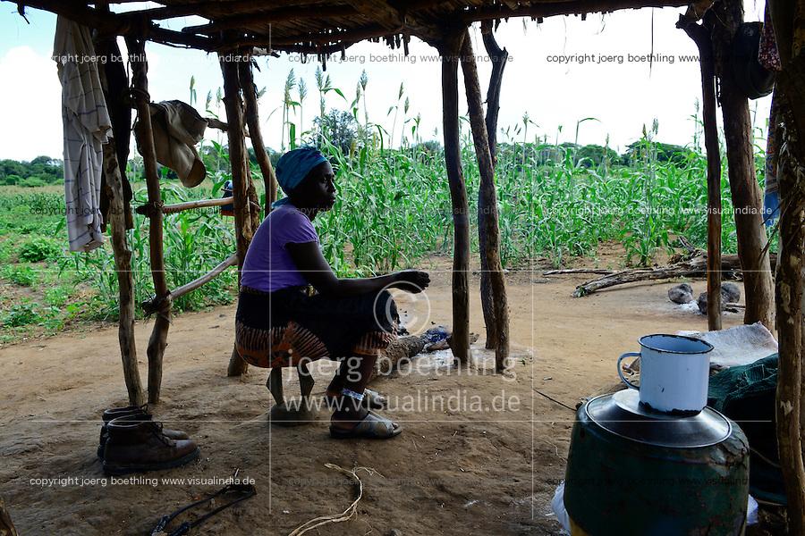 Zambia Chiawa, Game Reserve Area of Lower Zambezi Nationalpark, farmer live 24 hours at their maize field to protect the crop from wild animals / SAMBIA Chiawa, Starfred Chimwanja, 56, und seine Frau Mebo bewachen ihr Maisfeld zum Schutz vor Wildtieren, Game Reserve Area des Lower Zambezi Nationalpark