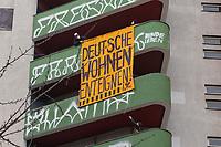 """Start der Unterschriftensammlung zum Volksbegehren """"Deutsche Wohnen & Co. enteignen"""" am Freitag den 26. Februar 2021 in Berlin.<br /> Zum Auftakt der Unterschriftensammlung fuer das angestrebte Volksbegehren zur Vergesellschaftung der Immobilienkonzerne wie Deutsche Wohnen versammelten sich mehrere hundert Menschen am Kottbusser Tor in Berlin Kreuzberg.<br /> Im Bild: Aktivisten lassen ein Banner an einem Haus der Deutsche Wohnen herab.<br /> 26.2.2021, Berlin<br /> Copyright: Christian-Ditsch.de"""