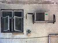 Hongkong, China, Asien, urbane Flora<br />  ***Keine Social_Media Nutzung***<br /> <br /> Engl.: Asia, China, Hong Kong, urban flora, plant, wall, house, window, air conditioning<br /> ***No social media use***