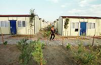 Nach dem Erdbeben im August in der Tuerkei leben tausende Menschen in Zeltlagern und Behilfszelten.<br /> Hier: Da staatliche Hilfe nur zoegernd oder gar nicht kommt, hat der Besitzere des privaten TV-Senders Kanal 7, Deniz Feneri, durch seine Stiftung, die Deniz Feneri Dernegi, in Yuvacik-Koey ein Hüttendorf errichten lassen.<br /> 14.10.1999, Yuvacik-Koey/Tuerkei<br /> Copyright: Christian-Ditsch.de<br /> [Inhaltsveraendernde Manipulation des Fotos nur nach ausdruecklicher Genehmigung des Fotografen. Vereinbarungen ueber Abtretung von Persoenlichkeitsrechten/Model Release der abgebildeten Person/Personen liegen nicht vor. NO MODEL RELEASE! Nur fuer Redaktionelle Zwecke. Don't publish without copyright Christian-Ditsch.de, Veroeffentlichung nur mit Fotografennennung, sowie gegen Honorar, MwSt. und Beleg. Konto: I N G - D i B a, IBAN DE58500105175400192269, BIC INGDDEFFXXX, Kontakt: post@christian-ditsch.de<br /> Bei der Bearbeitung der Dateiinformationen darf die Urheberkennzeichnung in den EXIF- und  IPTC-Daten nicht entfernt werden, diese sind in digitalen Medien nach §95c UrhG rechtlich geschützt. Der Urhebervermerk wird gemaess §13 UrhG verlangt.]
