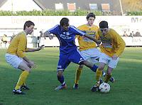 SC Wielsbeke - SK Sint-Niklaas : Nicky Melkert is de bal afgesnoept van Donjet Shkodra (rechts). Aaron Molisse (achter) Arne Beeuwsaert (links) sluiten mee in..foto VDB / BART VANDENBROUCKE