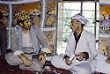 Irak 1985 Dans les zones libérées, région de Lolan, Mullazem Ali, chef de peshmergas s'entretenant avec avec son hote  Iraq 1985 In liberated areas, Lolan district, Mullazem Ali ( right ) Military chief in a private house