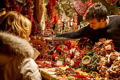 ITA, Italien, Sued-Tirol (Alto Adige), Meran: Weihnachtsmarkt auf der Passerpromenade: Weihnachtsbude   ITA, Italy, Alto Adige (South Tyrol), Merano: christmas market at Passer Promenade: christmas stall
