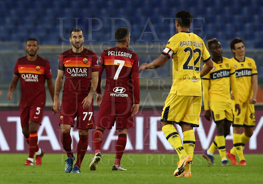 Football, Serie A: AS Roma - Parma, Olympic stadium, Rome, November 22, 2020. <br /> Roma's players greets Parma's players after winning 3-0 the Italian Serie A football match between Roma and Parma at Rome's Olympic stadium, on November 22, 2020. <br /> UPDATE IMAGES PRESS/Isabella Bonotto