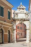Croatia, Istria, Rovinj - Perl of Istria: Balbi's Arch from the 17th century | Kroatien, Istrien, Rovinj - die Perle Istriens: Balbi Tor (Vrata Balbi), Stadttor mit gefluegeltem, Venezianischem Loewen
