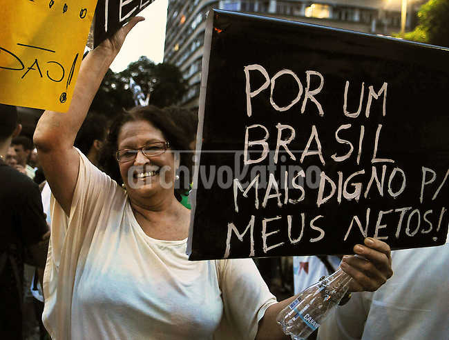 """People shouts slogans riots on the streets of Rio to protest against official corruption and spending on next year's World Cup, Rio de Janeiro, Brasil, June 20, 2013. In the banner says: """"For one Brazil more worthy for my grandsons"""".  (Austral Foto/Renzo Gostoli)"""