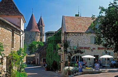 Frankreich, Burgund, Côte d'Or, Schloss Chateauneuf-en-Auxois, erbaut 12. Jh., (Côte d'Or): Gasse, Café und Schlosstuerme | France, Burgundy, Côte d'Or, Chateauneuf-en-Auxois, castle of the 12th century