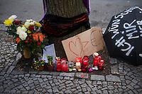 Trauerkundgebung fuer Rosemarie Fliess.<br />Die 67jaehrige Rosemarie Fliess wurde am 9. April 2013 auf Begehren ihrer Vermieterin und mit gerichtlicher Genehmigung aus ihrer Wohnung in Berlin-Wedding zwangsgeraeumt. Dies geschah obwohl aerztlich attestiert war, dass dies fuer schwerbehinderte und kranke Frau gesundheitlich nicht zumutbar sei. Zudem gab es amtliche Zugesicherung fuer die Uebernahme ihrer Miete. Zwei Tage nach der Zwangsraeumung verstarb Rosemarie Fliess in der Nacht zum 12. April in einer Obdachlosen-Waermestube.<br />12.4.2013, Berlin<br />Copyright: Christian-Ditsch.de<br />[Inhaltsveraendernde Manipulation des Fotos nur nach ausdruecklicher Genehmigung des Fotografen. Vereinbarungen ueber Abtretung von Persoenlichkeitsrechten/Model Release der abgebildeten Person/Personen liegen nicht vor. NO MODEL RELEASE! Don't publish without copyright Christian-Ditsch.de, Veroeffentlichung nur mit Fotografennennung, sowie gegen Honorar, MwSt. und Beleg. Konto:, I N G - D i B a, IBAN DE58500105175400192269, BIC INGDDEFFXXX, Kontakt: post@christian-ditsch.de<br />Urhebervermerk wird gemaess Paragraph 13 UHG verlangt.]