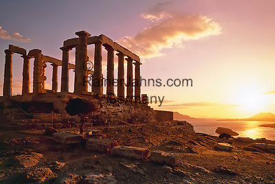 Greece, Attica, Cape Sounion: Sunset over Poseidon's Temple | Griechenland, Attika, Kap Sounion: Sonnenuntergang ueber der Ruine des antiken Marmortempels des Meeresgottes Poseidon