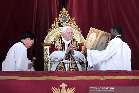 """Pope Benedict XVI delivers the Urbi et Orbi (to the city and to the world) Christmas Day message from the central balcony of St. Peter's Basilica in Vatican City, 25 December 2011. In his traditional Christmas Day message, Pope Benedict XVI urged the faithful to seek a """"spiritual union"""" with the less fortunate around the world, including in Africa and Asia, where people are suffering from the effects of wars and natural disasters."""