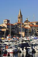 Stadtkulisse und Jachthafen von Alghero, Provinz Sassari, Nord - Sardinien, Italien