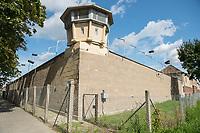 Ehemaliges Gefaengnis der Staastssicherheit in Berlin-Hohenschoenhausen.<br /> Heute ist die ehemalige Untersuchungshaftanstalt die Gedenkstaette Berlin-Hohenschoenhausen und besteht aus den Raeumlichkeiten der ehemaligen zentralen Untersuchungshaftanstalt der Staatssicherheit der DDR, die von 1951 bis 1989 in Weißensee bzw. Hohenschoenhausen in Betrieb war.<br /> Dort wurden vor allem politische Gefangene inhaftiert und physisch und psychisch gefoltert. Mehr als 10.000 Menschen waren hier inhaftiert. Der Gebaeudekomplex war auf Stadtplaenen nicht verzeichnet. Seit den 1990er Jahren hier eine Gedenkstaette als Erinnerungsort fuer die Opfer kommunistischer Gewaltherrschaft in Deutschland. Die Gebaeude der ehemaligen Haftanstalt wurden 1992 unter Denkmalschutz gestellt. Die Gedenkstaette ist Mitglied der Platform of European Memory and Conscience. (Quelle: Wikipedia)<br /> 4.9.2017, Berlin<br /> Copyright: Christian-Ditsch.de<br /> [Inhaltsveraendernde Manipulation des Fotos nur nach ausdruecklicher Genehmigung des Fotografen. Vereinbarungen ueber Abtretung von Persoenlichkeitsrechten/Model Release der abgebildeten Person/Personen liegen nicht vor. NO MODEL RELEASE! Nur fuer Redaktionelle Zwecke. Don't publish without copyright Christian-Ditsch.de, Veroeffentlichung nur mit Fotografennennung, sowie gegen Honorar, MwSt. und Beleg. Konto: I N G - D i B a, IBAN DE58500105175400192269, BIC INGDDEFFXXX, Kontakt: post@christian-ditsch.de<br /> Bei der Bearbeitung der Dateiinformationen darf die Urheberkennzeichnung in den EXIF- und  IPTC-Daten nicht entfernt werden, diese sind in digitalen Medien nach §95c UrhG rechtlich geschuetzt. Der Urhebervermerk wird gemaess §13 UrhG verlangt.]