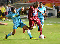 IBAGUE - COLOMBIA,10-08-2018: Danovis Banguero (Der.) del Deportes Tolima  disputa el balón con Juan Roa (Izq.) de Jaguares  durante partido por la fecha 4 de la Liga Águila II 2018 jugado en el estadio Manuel Murillo Toro de la ciudad de Ibagué. / Danovis Banguero (R) player of Deportes Tolima  fights for the ball with Juan Roa (L) of Jaguares during the match for the date 4 of the Aguila League II 2018 played at Manuel Murillo Toro  stadium in Ibague city. Photo: VizzorImage/ Juan Carlos Escobar / Contribuidor