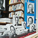 After the death of the founder of Apple, Steve Jobs, a bookstore in Paris sells the biography by Walter Isaacson.