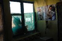 """ROMANIA, Tulcea, Viitorului Street, 2010/08/24.Half of the Roma families living in the district of Tulcea Viitorului, bordering the former industrial conglomerate, lives in France. This area is one of the poorest in the city without running water and sometimes no electricity. The street of """"future"""" is always paved. The families live mainly social benefits and hope all from one day to join Roma in Saint-Denis France). Here, a view inside a house..© Bruno Cogez / Est&Ost Photography..Roumanie, Tulcea, quartier de Viitorului, 24/08/2010.La moitié des familles roms vivant dans le quartier Viitorului de Tulcea, en bordure de 'lancien combinat industriel, vit en France. Ce quartier est un des plus pauvre de la ville, sans eau courante et parfois sans électricité. Les familles vivent principalement des allocations sociales et espèrent toutes partir un jour rejoindre les Roms de Saint-Denis. Ici, vue d'un intérieur d'une maison..© Bruno Cogez / Est&Ost Photography"""