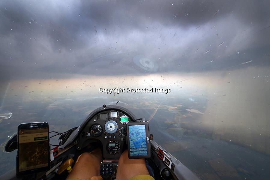 Segelflugzeug durchfliegt ein Regengebiet