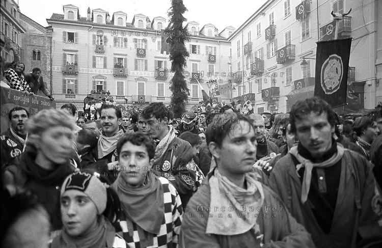 Storico Carnevale di Ivrea, Battaglia delle Arance. Attesa in piazza per la proclamazione dei vincitori. Sullo sfondo uno scarlo --- Historic Carnival of Ivrea, Battle of the Oranges. Waiting on the square for the announcement of the winners. On the background: a Scarlo