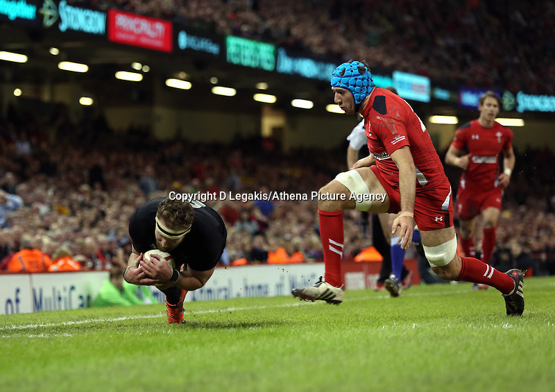Pictured: Kieran Read of New Zealand (L) scores a try Saturday 22 November 2014<br /> Re: Dove Men Series 2014 rugby, Wales v New Zealand at the Millennium Stadium, Cardiff, south Wales, UK.