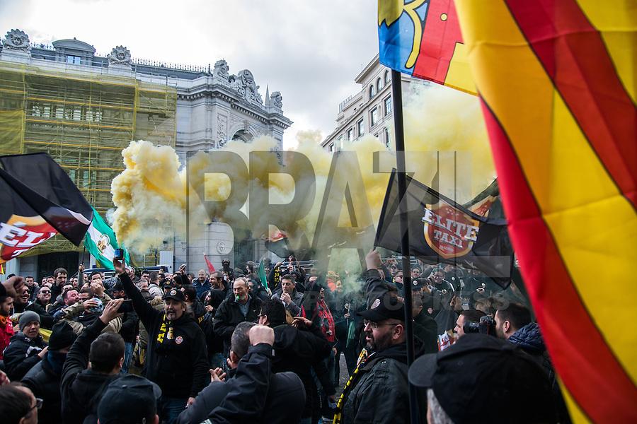 MADRI, ESPANHA, 18.02.2016: TÁXI-ESPANHA - Taxistas protestam contra os serviços de transporte por aplicativo Uber e Cabify em Madri, na Espanha, nesta quinta-feira (18). (Foto: Marcos del Mazo/Brazil Photo Press)