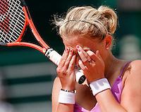 28-5-08, France,Paris, Tennis, Roland Garros, Michaella Krajicek uit haar frustratie als zij in de eerste ronde verliest.