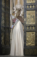 Papa Francesco chiude la Porta Santa a conclusione del Giubileo della Misericordia, nella Basilica di San Pietro, Citta' del Vaticano, 20 novembre 2016.<br /> Pope Francis closes the Holy Door for the conclusion of the Jubilee of Mercy, in St. Peter's Basilica at the Vatican, 20 November 2016.<br /> UPDATE IMAGES PRESS /Donatella Giagnori - Pool<br /> <br /> STRICTLY ONLY FOR EDITORIAL USE