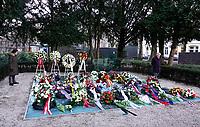 Nederland  Amsterdam   2021.  Jaarlijkse Auschwitzherdenking in het Wertheimpark. Mensen leggen bloemen op het spiegelmonument van Jan Wolkers.  Foto Berlinda van Dam / HH / ANP.