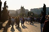 Tschechien, Prag, Touristen auf der Karlsbrücke, Blick auf die Kleinseite, Unesco-Weltkulturerbe