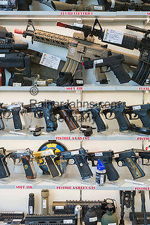 Republic of San Marino, San Marino City: small arms and automatic weapons for sale   Republik San Marino, San Marino Stadt: Handfeuerwaffen werden zum freien Verkauf angeboten