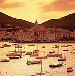 Spain, Catalonia, Costa Brava, Cadaques: View over harbour to white town at sunset | Spanien, Katalonien, Cadaques: Fischerdorf an der Costa Brava bei Sonnenuntergang