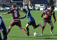 Dames Zulte Waregem - Club Brugge : Ingrid De Rycke (midden) in duel met Pauline Crammer (rechts).foto Joke Vuylsteke / Vrouwenteam.be