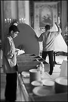 Europe/Monaco/Monte Carlo: restaurant: Louis XV / Alain Ducasse à l'Hôtel de Paris - le personnel dresse la salle [Non destiné à un usage publicitaire - Not intended for an advertising use]