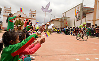 BOYACA - COLOMBIA: 08-09-2016. Aspecto del lote de ciclistas durante la segunda etapa de la 38 versión de la vuelta Ciclista a Boyaca 2016 que se corre entre  Pesca y Aquitania y Sogamoso. La prueba se corre entre el  7 y el 11 septiembre de 2016./ Aspect of the cyclists' peloton during the second stage of the Vuelta a Boyaca 2016 that took place between villages of Pesca and Aquitania. The race is held between 7 and 11 of September of 2016 . Photo:  VizzorImage/ José Miguel Palencia / Liga Ciclismo de Boyaca