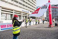 Streikkundgebung der Dientsleistungsgewerkschaft ver.di am Mittwoch den 24. Februar 2021 vor der Berliner Zentrale der Deutschen Bank.<br /> Die Beschäftigten der Deutschen Bank Direkt sind seit dem 30.1.2021 im Streik - zu Corona-Zeiten im Homeoffice. Nach mehreren gescheiterten Verhandlungsrunden und der Ankuendigung der Deutschen Bank, Milliarden-Boni an die Investmentbanker zu zahlen, den Mitarbeitern aber das 13. Gehalt sowie 1,5 Prozent Gehaltserhoehung (bei einem Stundenlohn von 13,-€ brutto) zu verweigern, streiken die DB Direkt-BankerInnen unbefristet.<br /> 24.2.2021, Berlin<br /> Copyright: Christian-Ditsch.de