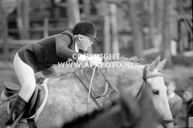 18-04-1982 82256PRINS WILLEM ALEXANDER PAARDRIJDEN, KONINKLIJK HUISARNHEM - APA FOTO