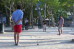 France, Provence-Alpes-Côte d'Azur, Saint-Tropez: Men playing Petanque, Place des Lices, Saint-Tropez, Var, Provence-Alpes-Cote d'Azur, France, Europe | Frankreich, Provence-Alpes-Côte d'Azur, Saint-Tropez: Maenner spielen Boule