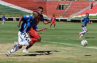 TUNJA - COLOMBIA, 30-01-2021: Oscar Vanegas de Patriotas Boyaca F. C. y Boris Palacios de Boyaca Chico F. C. disputan el balon, durante partido de la fecha 3 entre Patriotas Boyaca F. C. y Boyaca Chico F. C. por la Liga BetPlay DIMAYOR I 2021, jugado en el estadio La Independencia de la ciudad de Tunja. / Oscar Vanegas of Patriotas Boyaca F. C. and Boris Palacios of Boyaca Chico F. C. fight for the ball, during a match of the 3rd date between Patriotas Boyaca F. C. and Boyaca Chico F. C. for the BetPlay DIMAYOR I 2021 League played at the La Independencia stadium in Tunja city. / Photo: VizzorImage / Macgiver Baron / Cont.