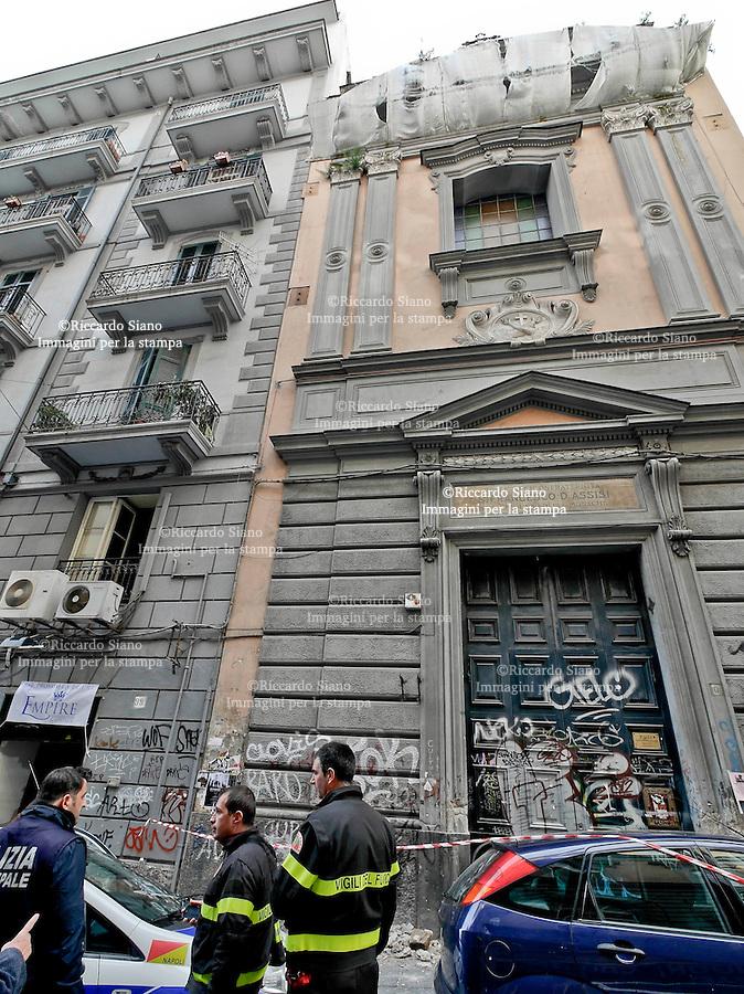 - NAPOLI 7 MAR  2014 -   via mezzocannone intonaco caduto dalla  chiesa S. Girolamo delle Monache