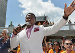 """Toronto 2015.<br /> Michael """"Pinball"""" Clemons recognizes all the volunteers at Nathan Phillips Square // Michael """"Pinball"""" Clemons rendent hommage à tous les bénévoles du Nathan Phillips Square. 04/08/2015."""