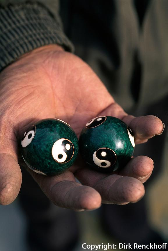 China, Peking, Verkauf von Qi Gong-Kugeln im  Hong-Qiao Antiquitätenmarkt beim Himmelstempel, auf Kugeln Yin Yang Symbol