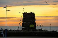 Nederland Den Haag. 2015 12 30.  De jaarlijkse opbouw van twee vreugdevuren bij Scheveningen en Duindorp. Vorig jaar werd het wereldrecord verbroken en werd het vreugdevuur van Duindorp  opgenomen in het Guinness Book of Records.