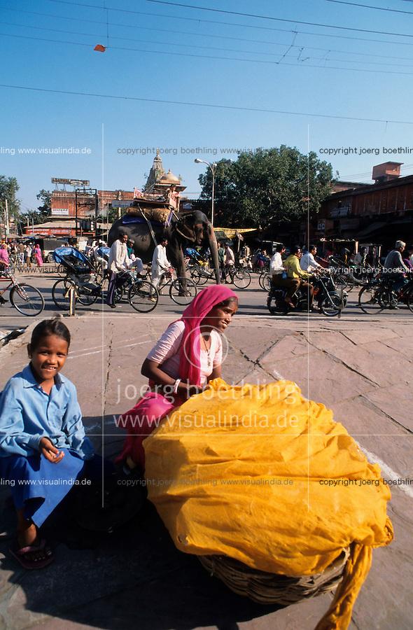 INDIA Rajasthan Jaipur, elephant on the road / INDIEN Rajasthan Jaipur, Strassenverkehr mit Elefant