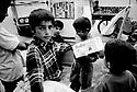 Turquie 1998.A Yuksekova dans la province de HakKari, les petits vendeurs des rues..Turkey 1998.Young boys selling in the streets of Yuksekova