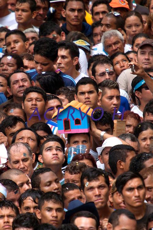 Promesseiro leva barco e casas de miriti em pagamento por uma graça alcançada durante o Círio em homenagem a Nossa Senhora de Nazaré.<br /> 14/10/2012<br /> Belém, Pará, Brasil.<br /> Foto Paulo Santos/Interfoto
