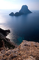 Spanien, Balearen, Ibiza, Blick auf die Insel Es Vedra vom Cap del Jueu
