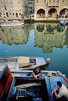 - barche ormeggiate in un canale di Chioggia (Venezia), ....- boats in Chioggia, lagoon city south of Venice ( Italy ) Italia