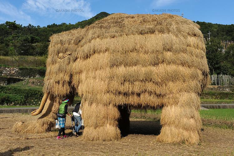 Straw Art, Mammoth made of rice straw, in Shodoshima for Setouchi International Art Festival.<br /> <br /> Straw Art, Mammouth en paille de riz, à Shodoshima pour le Festival international d'art de Setouchi.