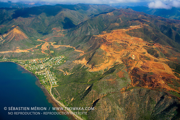 Village de Poro et sa mine de nickel, relief Gwâ Nédèrei, côte Est de la Nouvelle-Calédonie