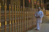 Man meditating at Kandy Buddist temple, Palast
