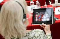 Una donna si rilassa guardando sul suo IPad il matrimonio reale tra il Principe William e Kate Middleton, durante il congresso dell'EBU (European Radio Broadcasting) a Roma, 29 aprile 2011..A woman relaxes watching the royal wedding of British Prince William and Kate Middleton on her tablet pc at a congress of the EBU (European Radio Broadcasting) in Rome, 29 april 2011. .UPDATE IMAGES PRESS/Riccardo De Luca
